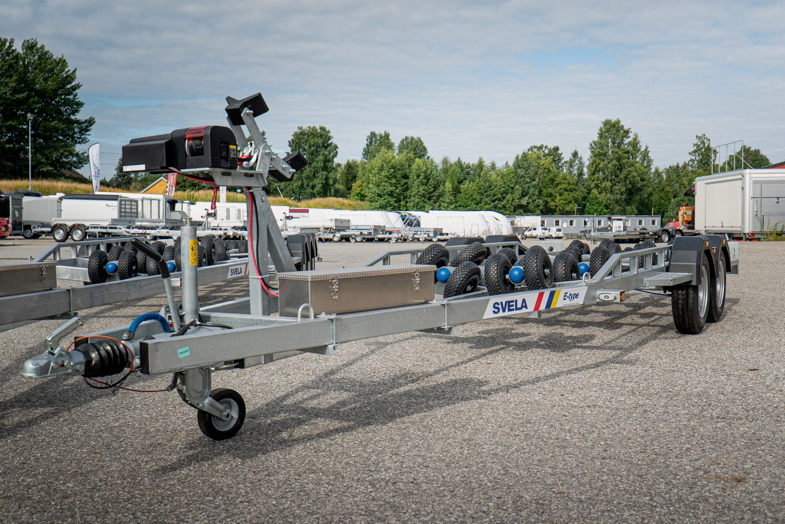 Svela båthenger med tilleggsutstyr-vinsj-og-batterikasse